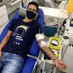 Professor Rafael Maximiano ao doar sangue no Hemocentro